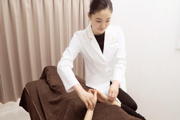 ハリエッセンスでは女性に嬉しい女性鍼灸師が施術を行います。